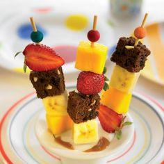 Brocheta de brownie y frutas con toffee