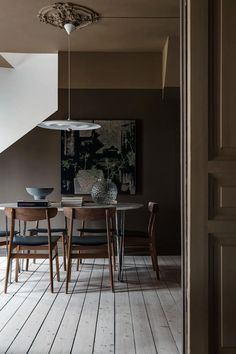 Estilo Interior, Brown Interior, Living Room Designs, Living Room Decor, Dining Room, Dark Brown Walls, Deep Brown, Swivel Dining Chairs, Sweet Home