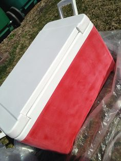 Cooler painting To do for Josh for NE Football? Basically sanding, krylon primer, painting solid, adding decorations, modpoge and then top coat. Delta Zeta, Formal Cooler Ideas, Coolest Cooler, Cooler Designs, Frat Coolers, Painted Fraternity Coolers, Sorority Life, Sorority Canvas, Sorority Paddles