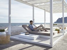 Chill out, chat, eat, drink, laugh, listen to music… sharing time together in the open air, enjoying your surroundings. The Chill collection was created for carefree outdoor living.