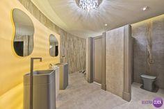 Decoração de Interiores - Banheiros Este banheiro faz a ligação entre dois espaços de uma mostra e possui um formato inusitado, arredondado. A parede é curva, em Lagstone. Foram usados tons neutros como o cinza concreto, o cinza claro e a madeira patinada, além do branco, e para completar a atmosfera minimalista, louças cinza-fosco.  Projeto: Projeto: Pauline Kubiak  Veja mais em nosso blog!  http://decoraclick.com.br/decoracao-de-interiores-banheiros-19/