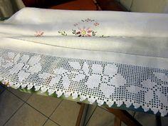 Asciugamani ricamati con bordo all'uncinetto