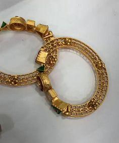 Gold Ring Designs, Gold Bangles Design, Gold Jewellery Design, Silver Bangles, Jewelry Design Earrings, Gold Earrings Designs, Gold Jewelry Simple, Bangle Set, Woman Clothing