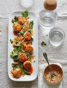Beliebte Zutaten der Thai-Küche: Huhn als Bällchen mit Zitronengras, dazu Chilisauce und süß-pikanter Möhrensalat mit Koriander - frisch, bunt und hocharomatisch.