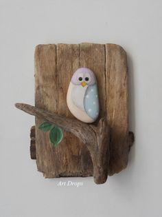 Niedliche Eule aus Stein und Treibholz basteln als Wanddeko