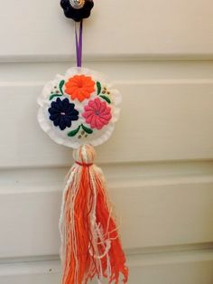 borlas | bordado mexicano Hand Embroidery Designs, Embroidery Stitches, Diy Projects To Try, Crochet Projects, Cushion Embroidery, Diy And Crafts, Arts And Crafts, Diy Y Manualidades, Mexican Embroidery