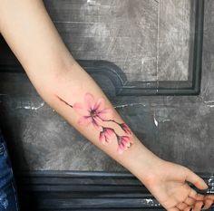 tattoo-unterarm-frau-wasserfarben-blume