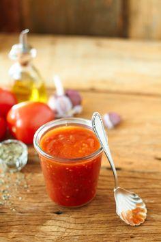 Molho de tomate para pizza | Receita Panelinha:  O molho de tomate caseiro deixa a pizza feita em casa ainda mais gostosa. Além disso, você pode dar o seu toque na receita: vale manjericão fresco, filé de anchova ou até pimenta calabresa seca.