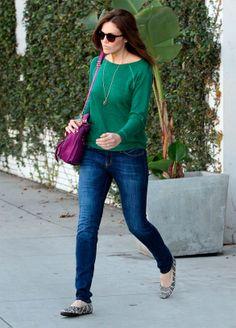 calça jeans e blusa verde