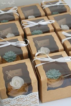 Wedding favor ideas + inspiration to help you ditch the favors guests will toss and give them something unique that they'll want to keep! Cute favor ideas, sustainable wedding favors, food favors, DIY wedding favors and other favors that guests will love! Wedding Favors And Gifts, Cupcake Wedding Favors, Wedding Tokens, Creative Wedding Favors, Wedding Favor Boxes, Party Gifts, Cupcake Party Favors, Cupcake Centerpieces, Wedding Bands