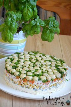 Sałatka Leśna polana lub jak kto woli sałatka Grzybowa polanato świetna propozycja na danie, które na pewno zrobi wrażenie na gościach :) Jednym z jej głównych składników są marynowane pieczarki, które pięknie się prezentują na trawce ze szczypiorku i koperku ;) Do wykonania tej sałatki potrzebna będzie tortownica o średnicy 23-24 cm. Zapraszam również do […] Kitchen Recipes, Cooking Recipes, Healthy Recipes, Keto Cucumber Recipe, Super Bowl Party, Marinated Mushrooms, Appetizer Salads, Green Bean Recipes, Polish Recipes