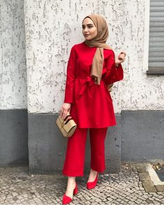 Hijabi in red outfit Muslim Women Fashion, Modern Hijab Fashion, Street Hijab Fashion, Arab Fashion, Islamic Fashion, Modest Fashion, Fashion Outfits, Fashion Bags, Style Fashion