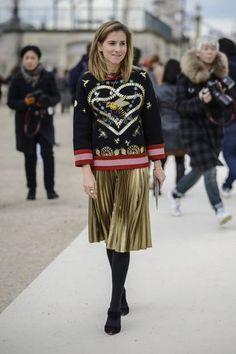 Mit so einem Look könnt ihr einfach nichts falsch machen: dicker Pullover, Midirock und Strumpfhose.