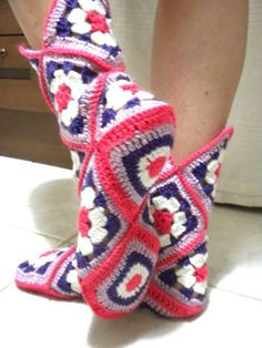 Diy Crafts - Transcendent Crochet a Solid Granny Square Ideas. Inconceivable Crochet a Solid Granny Square Ideas. Crochet Slipper Boots, Crochet Slipper Pattern, Granny Square Crochet Pattern, Crochet Squares, Crochet Slippers, Crochet Granny, Crochet Stitches, Love Crochet, Easy Crochet