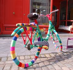 Knitting Humor, Knitting Stitches, Knitting Yarn, Guerilla Knitting, Form Crochet, Yarn Bombing, Yarn Shop, Bike Art, Art Festival