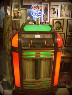 I want to own a vintage jukebox! Pub Radio, Vintage Music, Vintage Shoes, Music Machine, Home Of The Brave, Soda Fountain, Record Players, Vending Machine, Vinyls