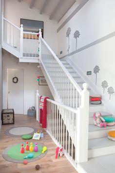 Escalera blanca decorada con vinilos grises de folores. Escalera blanca decorada con vinilos grises de flores_00341256