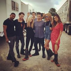 The originals cast bts season 4 Vampire Diaries Poster, Vampire Diaries Wallpaper, Vampire Diaries Funny, Vampire Diaries Cast, Vampire Diaries The Originals, Stefan Salvatore, Nina Dobrev, The Originals 3, Casting Pics