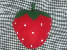 Almofada decorativa em formato de morango. Confeccionada em feltro.