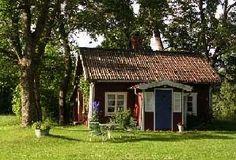 En liten röd stuga ska ha massor av sol och träd. (A small red house should have lots of sun and trees.)
