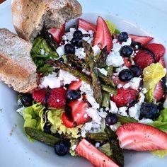 Já prostě miluju jaro. Konečně je tepleji a hlavně už je chřest! A saláty na všechny způsoby můžou začít :-) salát, v troubě grilovaný zelený chřest, jahody, borůvky, balsamico a feta. #konecnechrest #salad #asparagus #strawberry #blueberry #feta #balsamico Cobb Salad, Food, Essen, Meals, Yemek, Eten