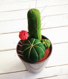 Cactus pin cushion - use the base plan; can really cut out any shape cactus, sew, flip & stuff Felt Crafts, Fabric Crafts, Sewing Crafts, Sewing Projects, Diy Crafts, Do It Yourself Inspiration, Diy Couture, Cactus Y Suculentas, Diy Pins