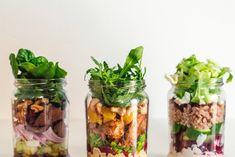 Świeże sałatki w słoiku - sposób na lekki i zdrowy lunch w pracy | RiE World Salad In A Jar, Mason Jars, Salads, Good Food, Lunch Box, Food And Drink, Health Fitness, Healthy Recipes, Cooking