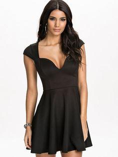 http://nelly.com/pl/odziez-dla-kobiet/odziez/sukienki-wieczorowe/nly-one-1115/deep-drop-skater-dress-150086-14/