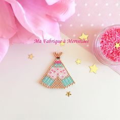 "Broche ""Joli Tipi"" en perles Miyuki doré menthe rose : Broche par ma-fabrique-a-merveilles Seed Bead Jewelry, Seed Beads, Beaded Jewelry, Brick Stitch Earrings, Teepees, Kids Jewelry, Bijoux Diy, Peyote Stitch, Loom Beading"