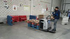 Prácticas con transpaleta eléctrica de conductor montado en la formación para ADECCO TRAINING en nuestras instalaciones de Getafe