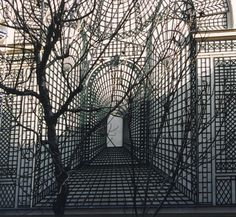 I am thinking this could be a cool sharpie project.Paris trompe l'oeil effect - trick of the eye - trellis on a flat wall Sharpie Projects, Sharpie Art, Sharpie Markers, Eye Tricks, Modern Surrealism, Building Art, Garden Pictures, Scenic Design, Glass House
