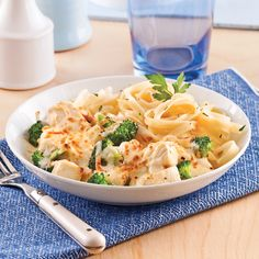 Casserole crémeuse de poulet et brocoli - 5 ingredients 15 minutes Swiss Chicken Bake, Baked Chicken, Casserole Dishes, Broccoli, Macaroni And Cheese, Bacon, Yummy Food, Yummy Recipes, Meals