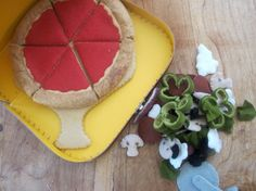 felt Pizza- dramatic play pizza shop, need maybe 2 or 3 of these! Cute Crafts, Felt Crafts, Diy For Kids, Crafts For Kids, Felt Play Food, Food Stands, Felt Quiet Books, Felt Diy, Diy Food