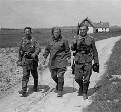 Two German soldiers with Captured women Soviet soldier [640x596]: