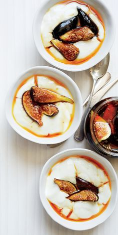 You can use almost any fresh fruit (pears, apples, berries) in this elegant milk pudding dessert with rose water and caramel. Minus the rose water! Fig Pudding, Pudding Desserts, Caramel Pudding, Mousse, Funnel Cakes, Biscotti, Fig Recipes, Cuban Recipes, Recipes Dinner