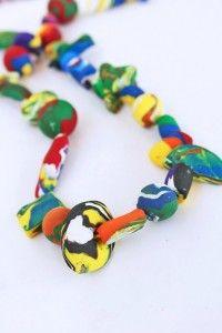 Crianças podem fazer colares e pulseiras com massa fimo para o dia dos professores