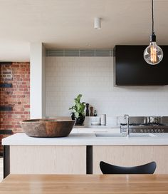 This Moor Street apartment and studio space by Architect Clare Cousins epitomises modern day warehouse living in Melbourne, Australia. Decor, Kitchen Interior, Kitchen Inspirations, Kitchen Space, Kitchen Remodel, Kitchen Decor, Kitchen Dining Room, Kitchen Dining, Home Kitchens