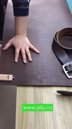 Diy Leather Belt, Diy Leather Tools, Leather Wallet Pattern, Leather Working Tools, Leather Diy Crafts, Sewing Leather, Leather Bags Handmade, Leather Projects, Stitching Leather