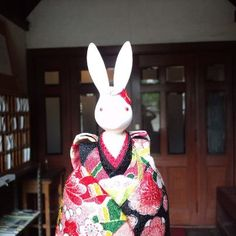 【聖アグネス教会】    聖アグネス教会はすぐ隣りにある平安女学院の礼拝堂として建設されました。    大阪の居留地である川口に開かれた女子教育の場は、照暗女学校といい、英語名はセント・アグネス・スクールといいました。それが明治28年に京都市上京区へ移転してきました。    昭和60年6月1日に京都市指定有形文化財に指定されています。   現在も、聖歌の響くしめやかな礼拝が行われています。