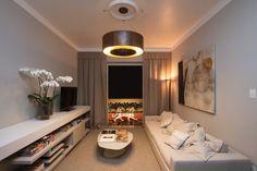 Carol Ludolf, Mário Scarabusci e Ney Laignier criaram a Sala de TV, onde a maior preocupação foi oferecer conforto acústico e estético através de madeira, carpete e tecidos naturais, como o linho. A Casa Cor Campinas