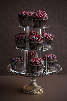 Tumšās šokolādes mafini ar meža ogām. /Dark chocolate muffns with wil berry topping #emilsgustavs #chocolate