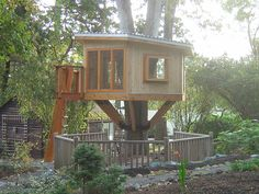 Make a Treehouse - 4 Tips to Help You - http://www.woodendesignplans.com/playhouseplans/make-a-treehouse-4-tips-to-help-you/