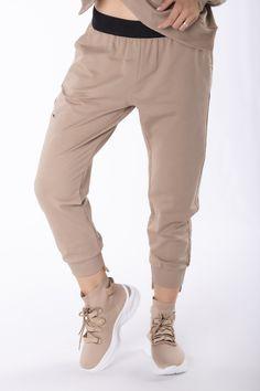 VEĽKOSTNÁ TABUĽKAVeľkosťObvod pásuObvod bokovVnútorná dĺžka nohavícCelková dĺžkaS/M64,00112,0064,0086,00L/XL68,00114,0068,0090,00 Khaki Pants, Beige, Products, Fashion, Scale Model, Moda, Khakis, Fashion Styles, Fashion Illustrations
