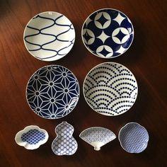 深い青色と白、シンプルでどこか北欧雑貨を思わせる大人かわいいお皿達。和のデザイン、小紋の図柄をモチーフにした有田焼。KIHARA KOMON(キハラコモン)です。現代のキッチンにもすっとなじみそうで、伝統的。ひとつひとつに昔からの幸せを願う気持ちがデザインの魅力に迫ってみました。 Japanese Ceramics, Japanese Design, Print Patterns, Decorative Plates, Tableware, Interior, Crafts, Dishes, Home Decor