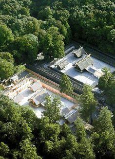 :式年遷宮で建て替えられた、伊勢神宮内宮の新社殿(手前)と現社殿=25日、三重県伊勢市、代表撮影