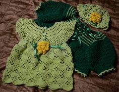 Komplet na zamówienie dla Julki, która po zrobieniu sukieneczki i czapeczki okazała się być Karolem ;) Do zestawu będą jeszcze buciki