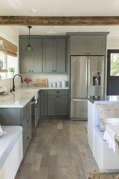 sol en parquet gris, couleur mur cuisine, meubles gris, plafond en bois blanc, meubles de cuisine