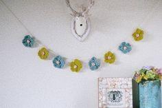 ターコイズブルーとマスタード色のレース糸とコットンとシルクの入った糸を使いお花の部分を編みました。 リバティでくるみボタンを作りお花の中心にしました。 一つ一...|ハンドメイド、手作り、手仕事品の通販・販売・購入ならCreema。