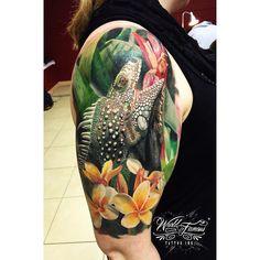 realistic lizard tattoo on shoulder