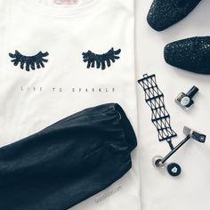 Algo tan simple como una camiseta puede quedar muy bien combinada con un legging de cuero y unos botines con purpurina. Te gusta? Te lo pondrías? ________________  A simple tee can be very cool paired with leather leggings and glitter boots. Do you like it? Would you wear it?